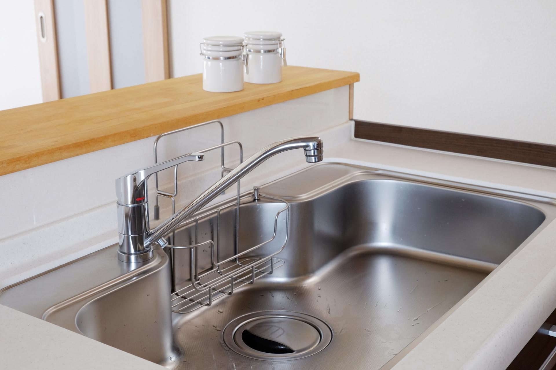 お酢を台所用石けんで洗うと、ベタベタするのは何故?